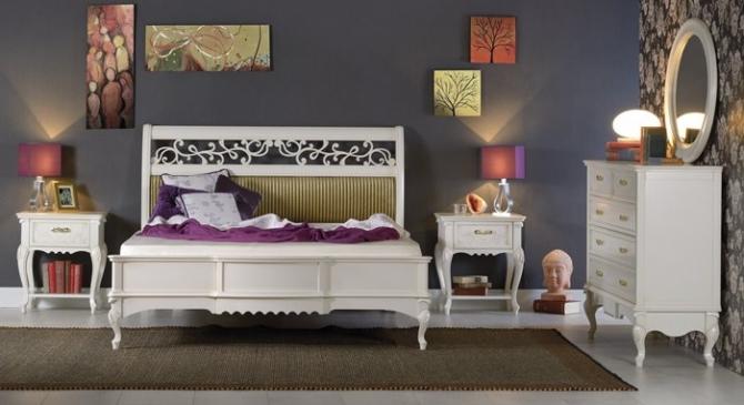 Dormitor cu pat cu tablie perforata si tapitata